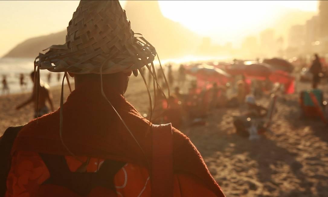 """De sol a sol. """"Bom dia, Ipanema"""" reúne depoimentos de 15 profissionais da praia, como Marcelo, do mate de galão Foto: Divulgação"""
