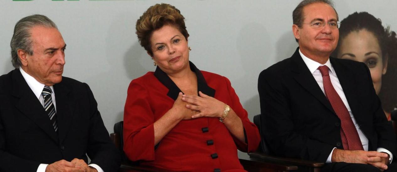 A presidente Dilma Rousseff entre o vice presidente Michel Temer e o presidente do Senado Renan Calheiros, durante cerimônia de anúncio de Medidas de Proteção ao Consumidor Foto: Gustavo Miranda / O Globo