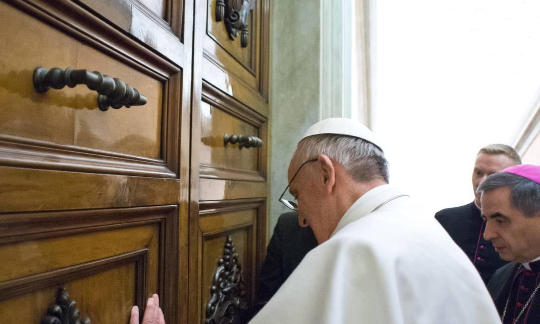 Papa Francisco abre a porta do apartamento papal nesta sexta-feira Foto: / AP/L'Osservatore Romano