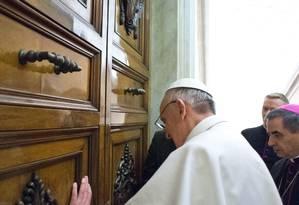 Papa Francisco abre a porta do apartamento papal nesta sexta-feira Foto: AP/L'Osservatore Romano