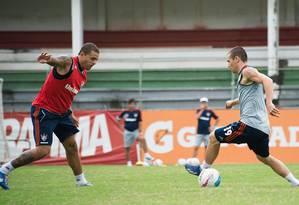 Wagner domina a bola no treino do Flu, observado por Edinho Foto: Divulgação / Fluminense