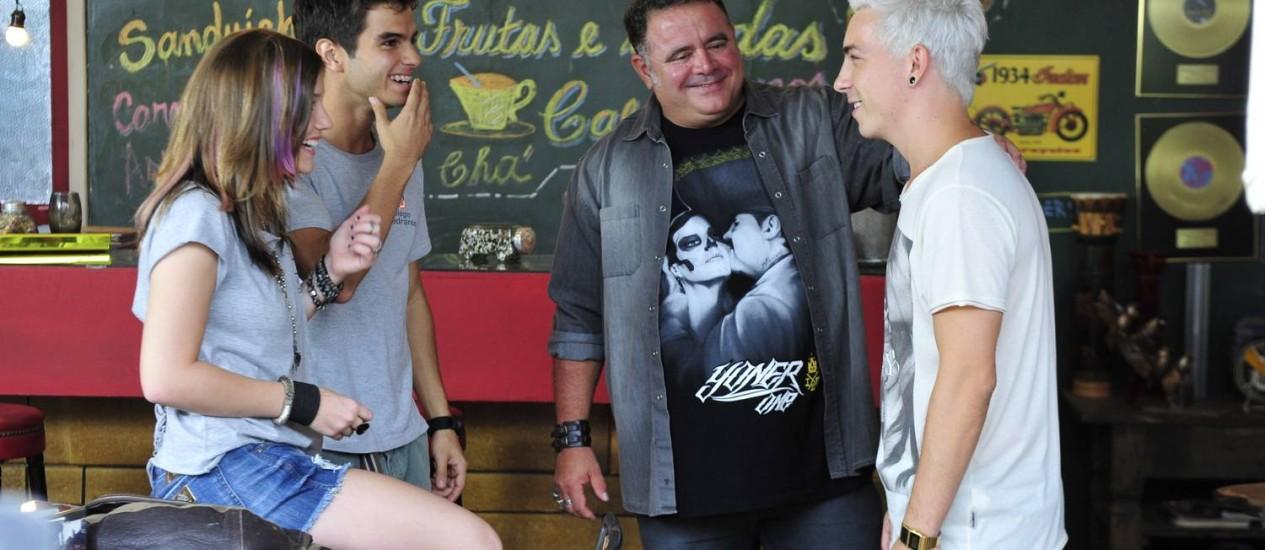 Platinado, Di Ferrero contracena com Alice Wegmann, Daniel Blanco e Leo Jaime Foto: TV Globo/Alex Carvalho