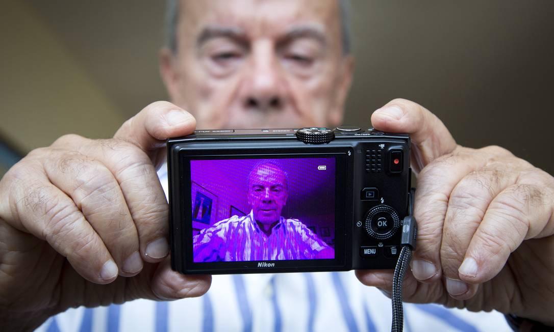 Tela cor-de-rosa. O advogado Ib Teixeira comprou uma câmera Nikon no exterior, e conseguiu na Justiça o direito de ser indenizado pela empresa no do Brasil Foto: Mônica Imbuzeiro