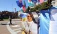 Imagem do Papa Francisco ao lado de bandeiras de diversos países em Buenos Aires