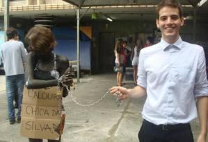 Caloura esconde o rosto durante trote do curso de Direito da UFMG Foto: Reprodução internet