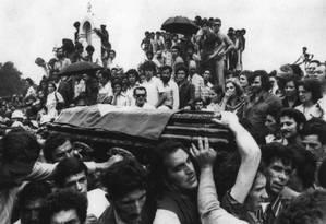Jango. Enterro do ex-presidente João Goulart em São Borja, no Rio Grande do Sul: comoção popular Foto: 07/12/1976 / Agência O Globo