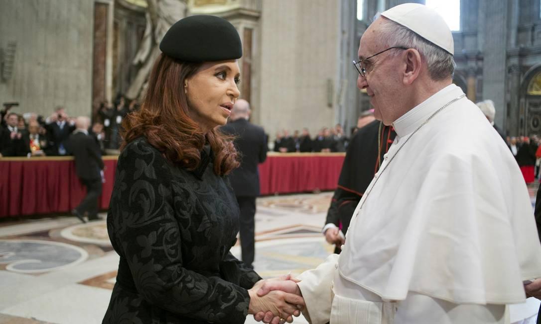 O Papa Francisco cumprimenta a presidente argentina, Cristina Kirchner, na Basílica de São Pedro Foto: Osservatore Romano / Reuters