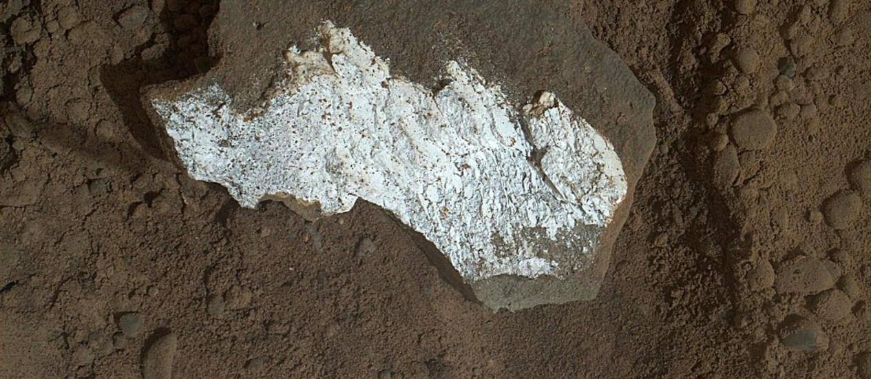 Lentes do robô Curiosity revelam face branca e brilhante da rocha marciana Tintina, que tem entre 3 e 4 centímetros Foto: HO / AFP
