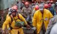 Após deslizamento de terra em Petrópolis, no bairro Independência, bombeiros tiram corpo encontrado no local