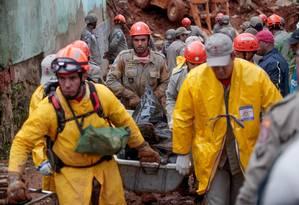 Após deslizamento de terra em Petrópolis, no bairro Independência, bombeiros tiram corpo encontrado no local Foto: Pedro Kirilos / O Globo