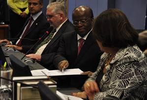 Joaquim Barbosa, presidente do CNJ, senta entre Eliana Calmon e Roberto Gurgel Foto: CNJ