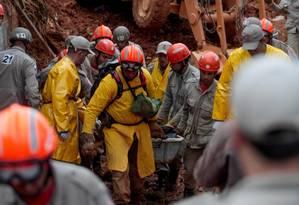 Dor. Bombeiros retiram corpos de vítimas das chuvas em Petrópolis Foto: Pedro Kirilos / O Globo