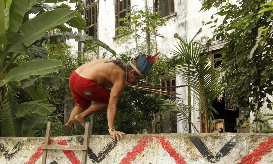 Indígena pula o muro do antigo Museu do Índio, na Zona Norte do Rio Foto: Gabriel de Paiva / Agência O Globo