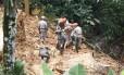 Bombeiros e militares do Exército buscam desaparecidos em Petrópolis