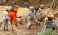 Corpo de Bombeiros de Petrópolis, na Região Serrana, retoma as buscas pelos desaparecidos após o forte temporal que atingiu a cidade no domingo