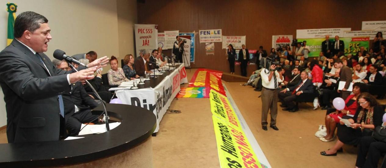 O líder do PT na Câmara, deputado José Guimarães, fala durante reunião da frente parlamentar dos Direitos Humanos Foto: Givaldo Barbosa / O Globo