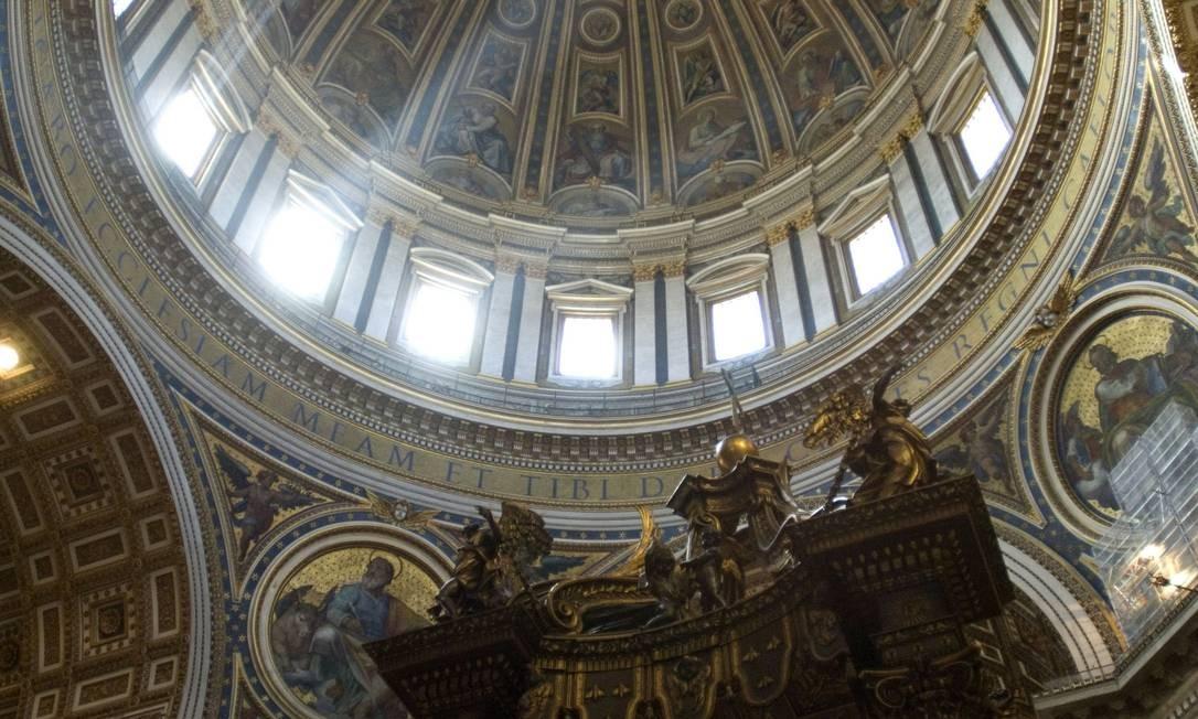 Bernini foi encarregado, anos antes, da decoração interna da nave principal da Basílica de São Pedro. O baldaquino, o altar retorcido de bronze, é de sua autoria Foto: AFP/latinstock