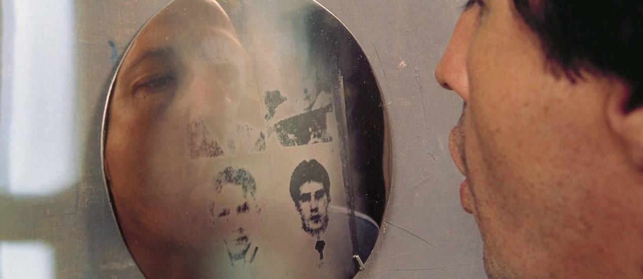 Instalação. Oscar Muñoz e sua obra 'Aliento' (1996-2002): rostos de desaparecidos na guerra surgem com um sopro Foto: Terceiro / Divulgação/Fernell Franco