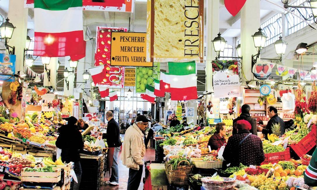 As bancas do pitoresco Mercato Rionale, em Roma Foto: Bruno Agostini / O Globo