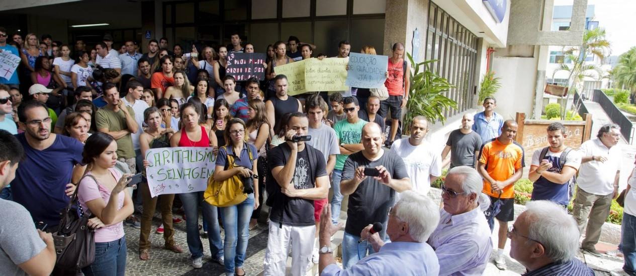 No início do mês, estudantes e professores fizeram uma manifestação na entrada da Universidade Gama Filho, em Piedade Foto: Guito Moreto / Agência O Globo/ 11-03-2013