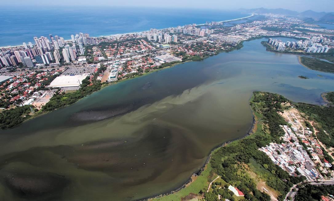 Esgoto na Lagoa da Tijuca, na Barra da Tijuca Foto: Terceiro / Mario Moscatelli/Divulgação
