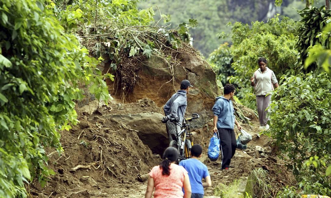 Comunidade no Alto da Serra, em Petrópolis, ficou isolada após deslizamentos Foto: Gabriel de Paiva / Agência O Globo