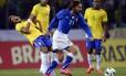 De novo Neymar x Pirlo. O volante italiano fica com a bola, em jogada limpa, e o atacante brasileiro faz uma intepretação dramática