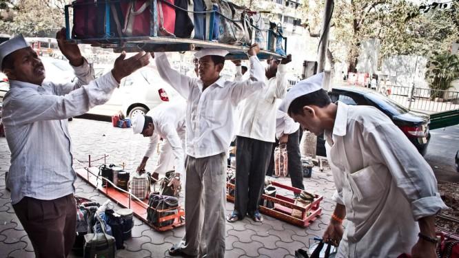 Eficácia no improviso: dabbawallas, os carregadores de quentinhas na Índia. Foto: Terceiro / Divulgação/Meena Kadri