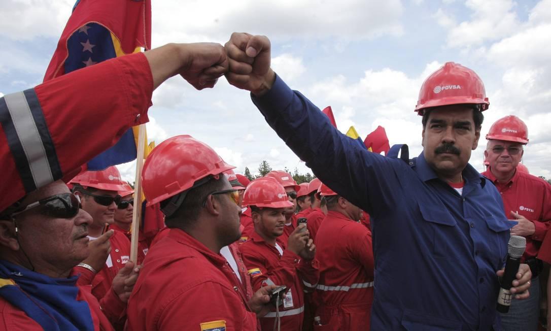 Maduro cumprimenta trabalhadores da estatal petroleira PDVSA Foto: Presidência da Venezuela/Reuters
