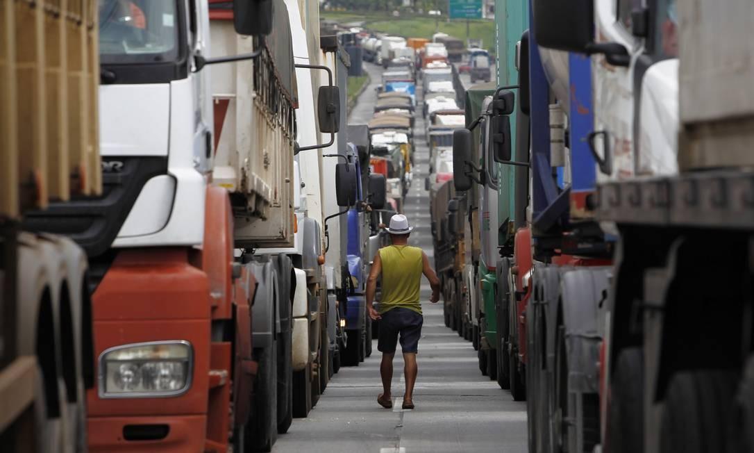 A fila de caminhões na rodovia Cônego Domênico Rangoni, que leva ao porto de Santos, chegou a 25 km Foto: Michel Filho / Agência O Globo