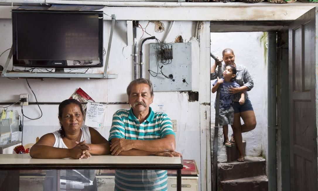 Rosani e Carlos Augusto, com a filha Manuela e o neto Miguel. Donos de um bar, trabalham de 7h às 20h Foto: Mônica Imbuzeiro / O Globo