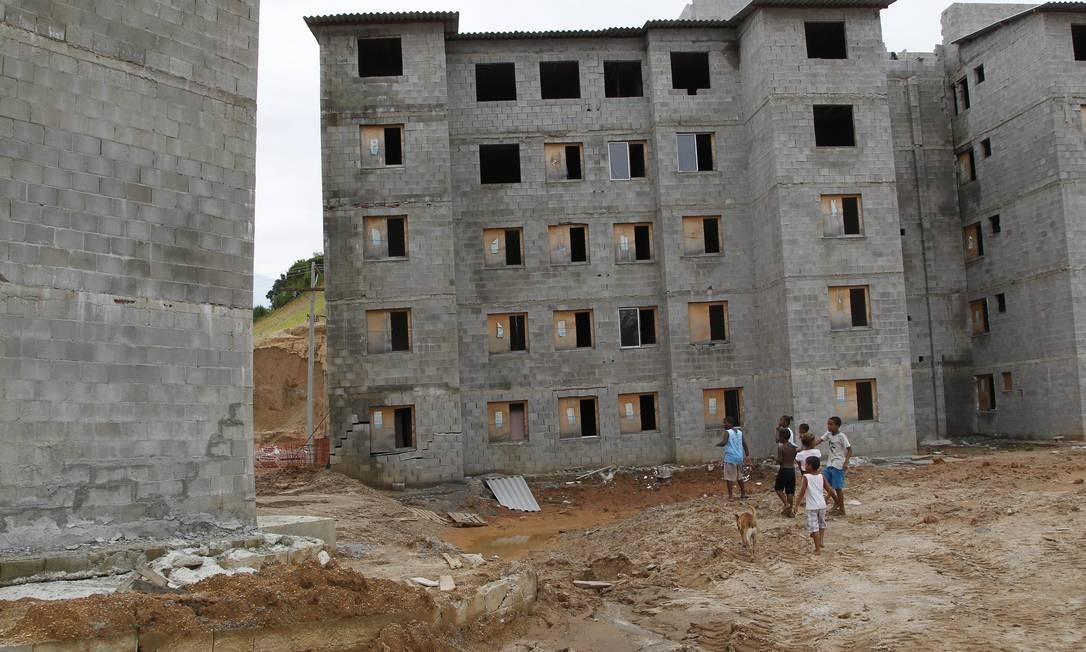 Má qualidade. Conjunto habitacional em construção: rachaduras e construções fora do prumo Foto: Marcelo Carnaval / O Globo