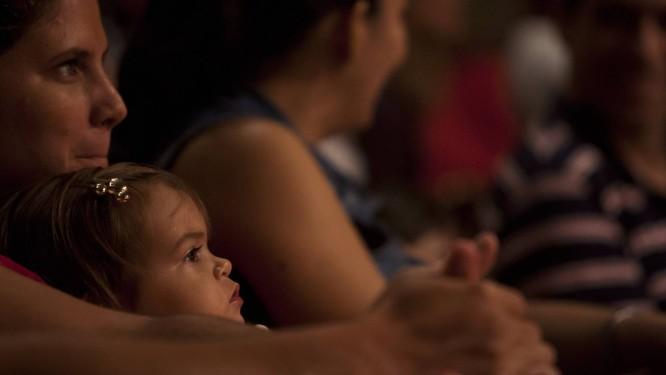 A pequena Clara, de 1 ano, no colo da mãe Foto: Guilherme leporace / guilherme leporace