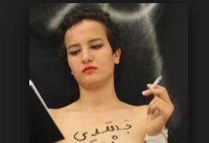 Amina, na foto que gerou polêmica na internet: prisão Foto: Reprodução da internet