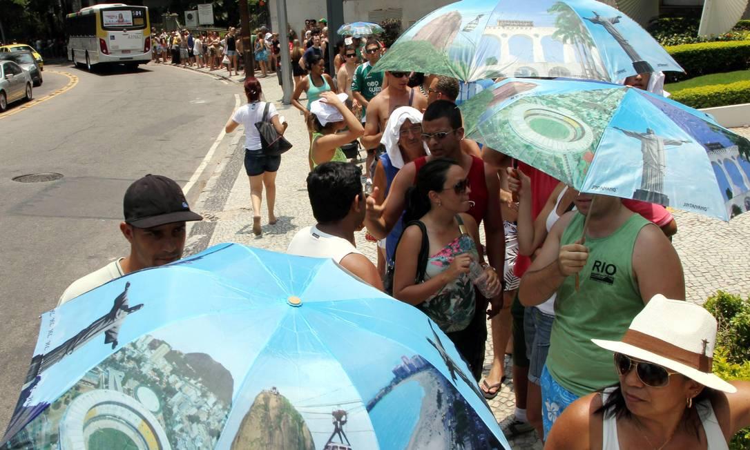 Fila de turistas para subir o Cristo se forma nas imediações do Trem do Corcovado, no Cosme Velho. Foto de 22/03/2013 Foto: Cezar Loureiro/29/12/2012