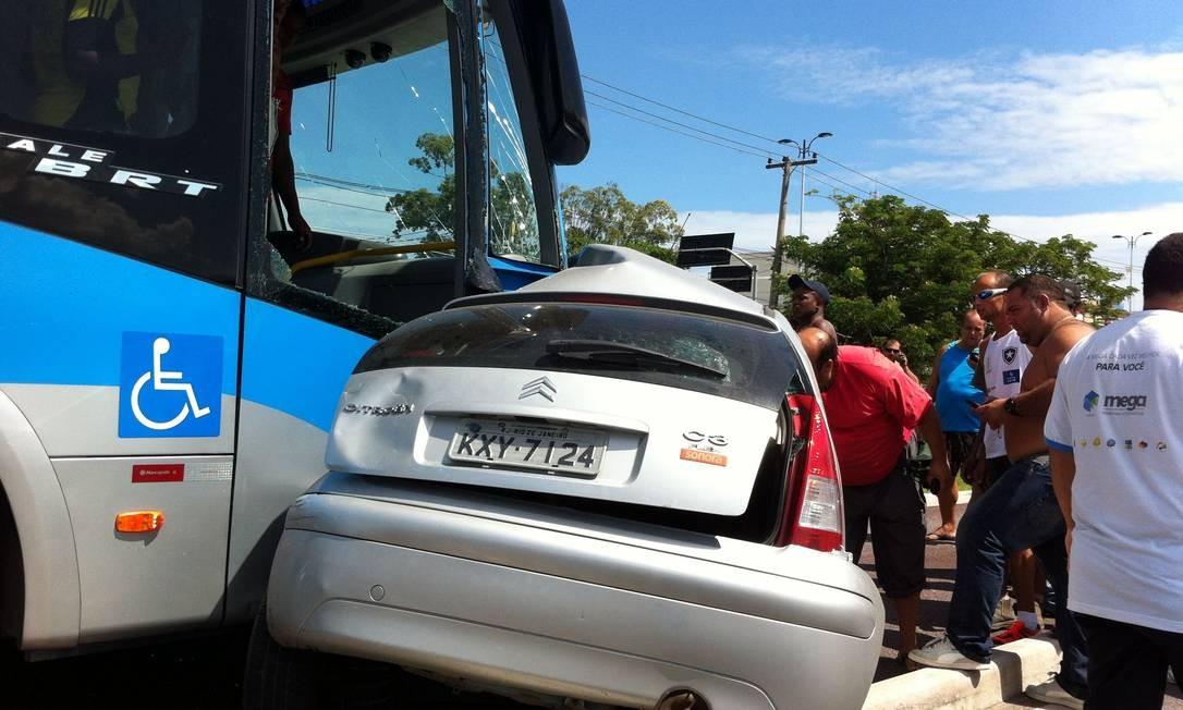 Carro fica parcialmente destruído ao se chocar contra ônibus do BRT Foto: Foto da leitora Daisy Coutinho / Eu-Repórter