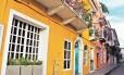 Casarões coloniais coloridos abrigam restaurantes, lojas e hotéis