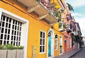 Casarões coloniais coloridos abrigam restaurantes, lojas e hotéis Foto: Renato Onofre / O Globo