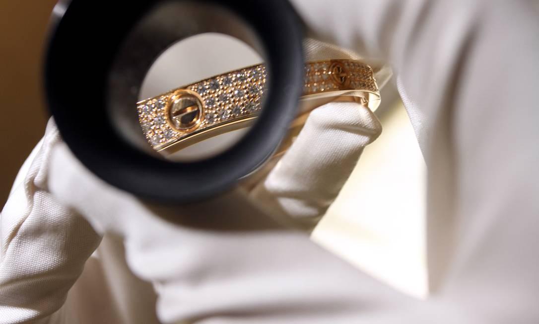 As pulseiras podem ser de ouro amarelo, branco ou rosa e cravadas com diferentes pontos de diamantes. Os preços variam de R$ 14.800 a R$ 112.300, à vista Foto: Rafael Moraes