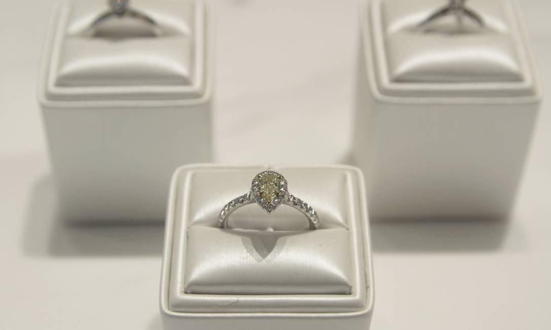 Na Tiffany, são os anéis com diamantes amarelos que fazem o coração bater mais forte Foto: Fernanda Dias