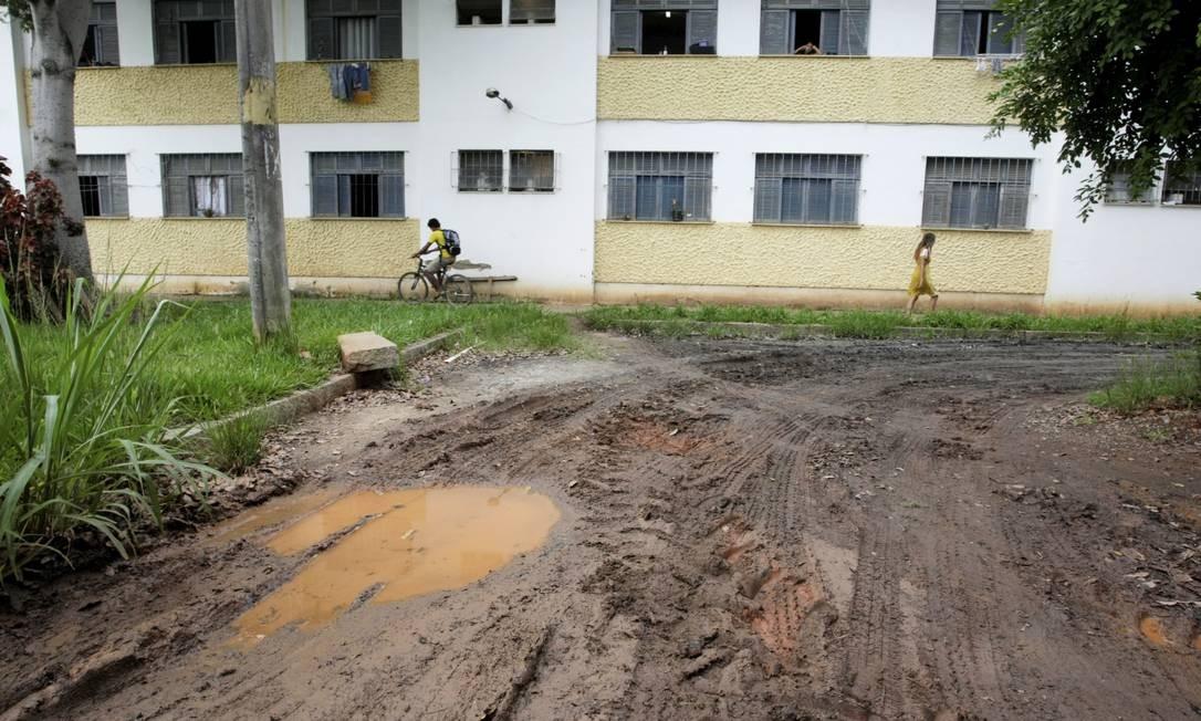 No campus da Universidade Federal Rural do Rio de Janeiro em Seropédica, os alunos têm de driblar os problemas de infraestrutura Foto: Hudson Pontes / Agência O Globo