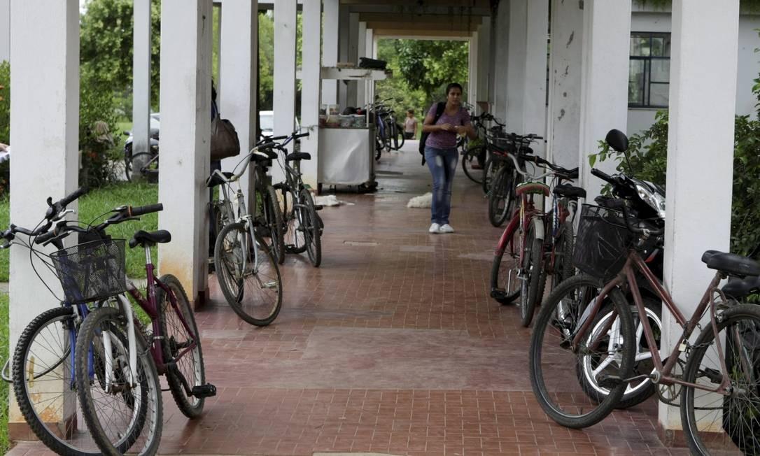 Há poucos bicicletários e muitos estão enferrujados, obrigando os alunos a usarem colunas e prédios para guardar as magrelas Foto: Hudson Pontes / Agência O Globo
