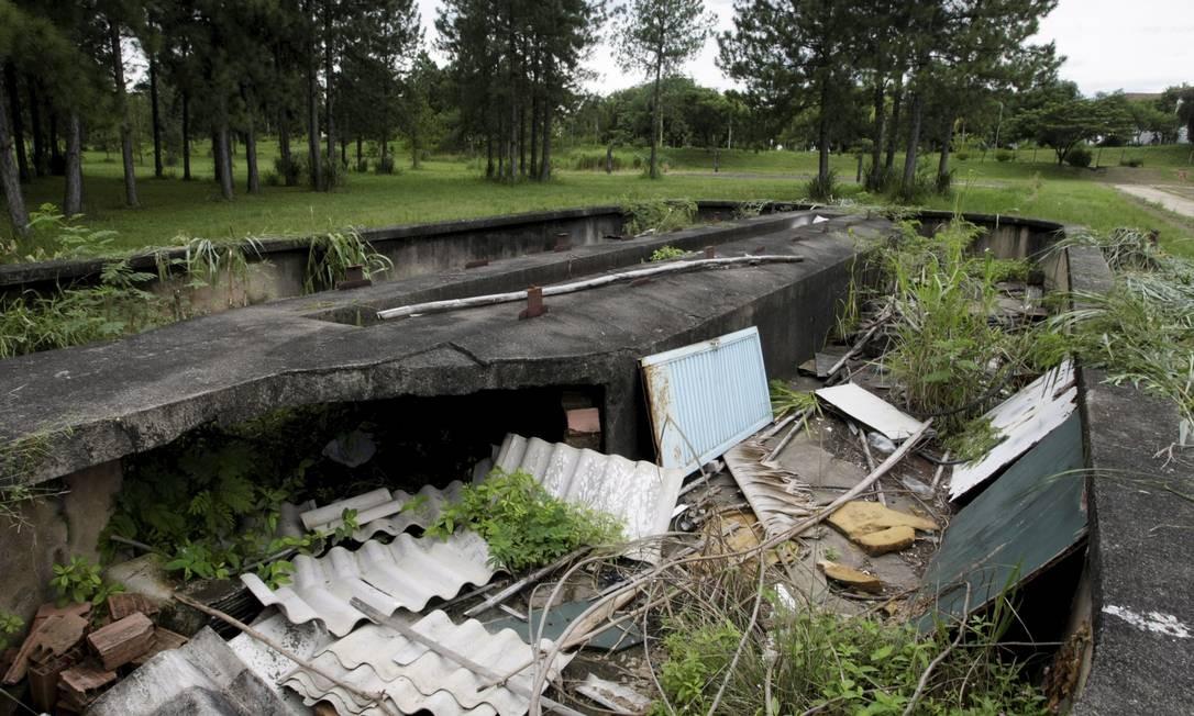 O tanque de remo, usado no curso de Educação Física, virou depósito de lixo Foto: Hudson Pontes / Agência O Globo