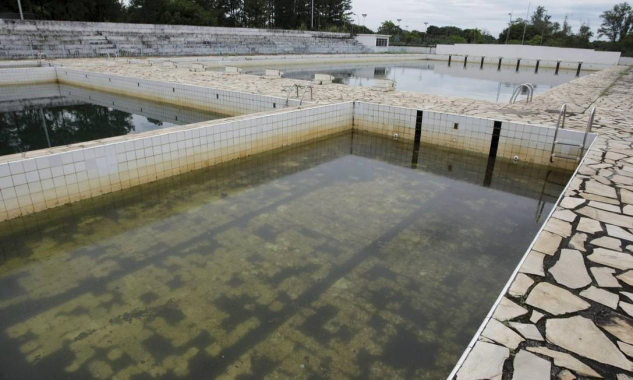 E as piscinas do Parque Aquático estão fechadas há muitos meses Foto: Hudson Pontes / Agência O Globo