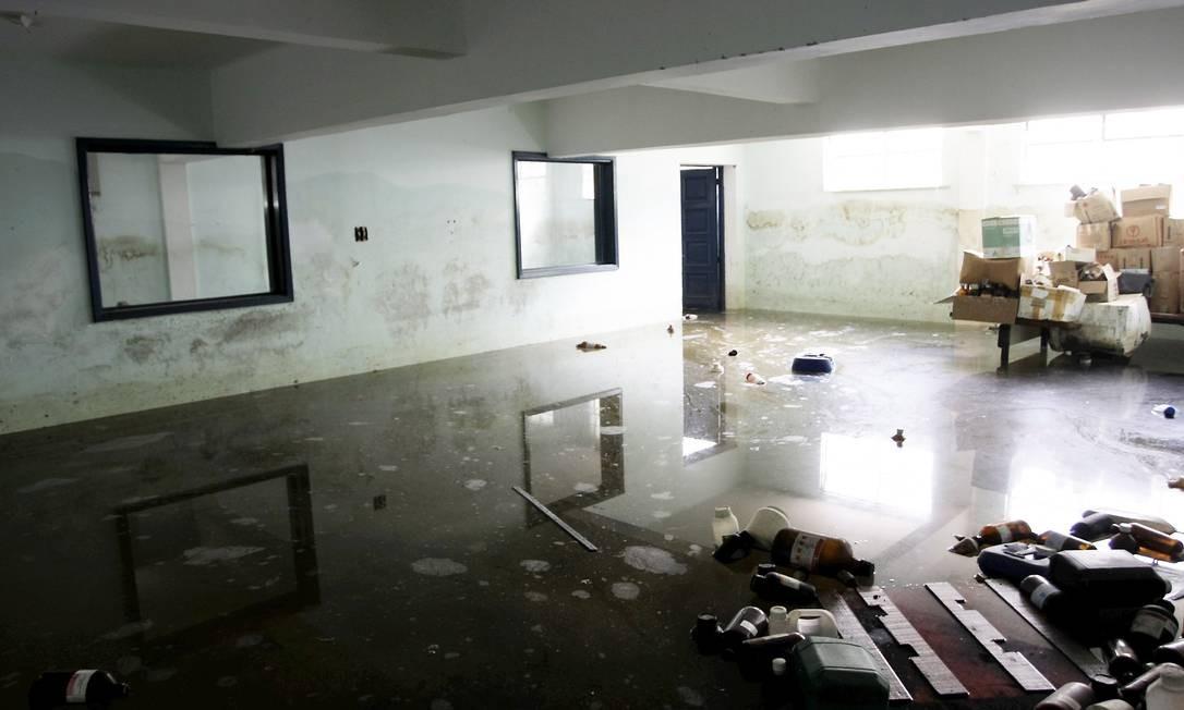 O laboratório de Instituto de Tecnologia inunda toda temporada de chuvas, atrapalhando as aulas e pondo em risco o lençol freático Foto: Hudson Pontes / Agência O Globo