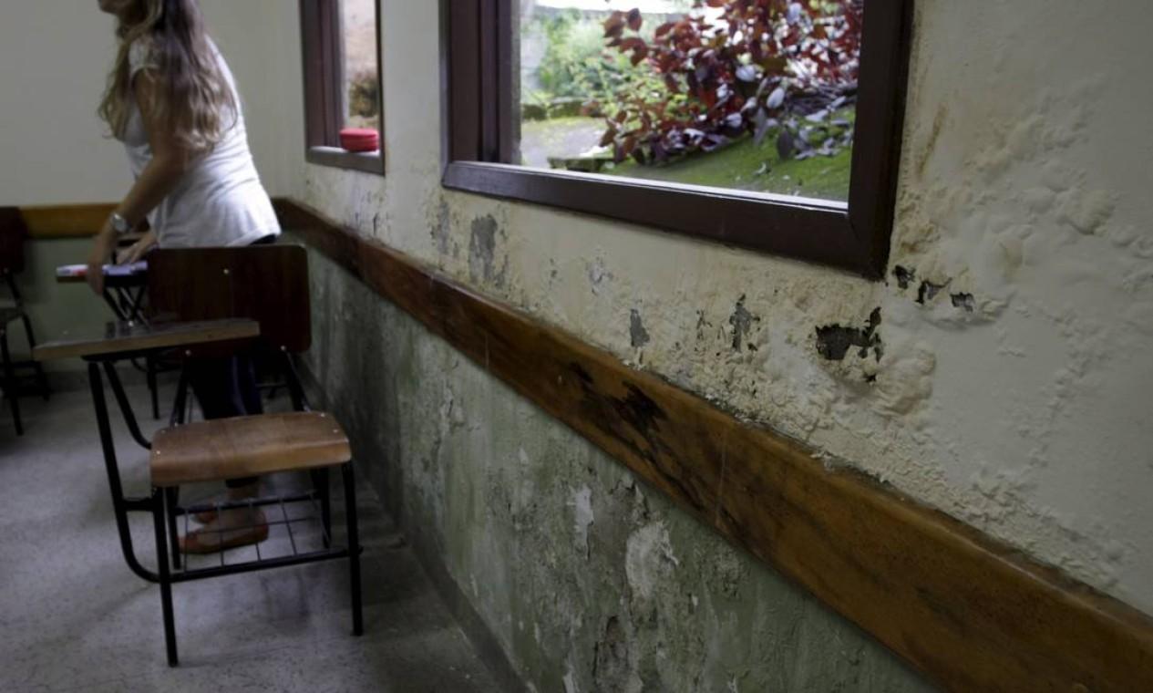 Salas de aulas têm infiltrações graves, expondo diariamente alunos e professores ao mofo Foto: Hudson Pontes / Agência O Globo