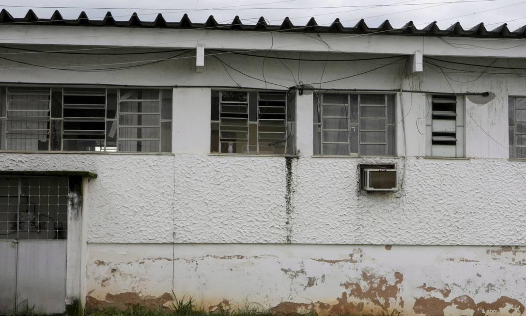 Há prédios com instalações elétricas improvisadas, verdadeiras gambiarras, que são um risco para a segurança de alunos, professores e servidores Foto: Hudson Pontes / Agência O Globo