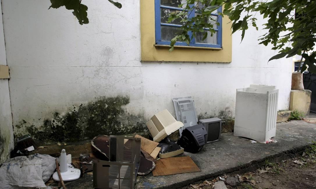 Lixo exposto ao relento traz perigos à saúde Foto: Hudson Pontes / Agência O Globo