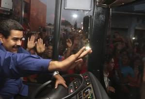 Maduro cumprimenta partidários em visita à cidade de El Tigre, na quinta-feira Foto: Presidência da Venezuela/REUTERS