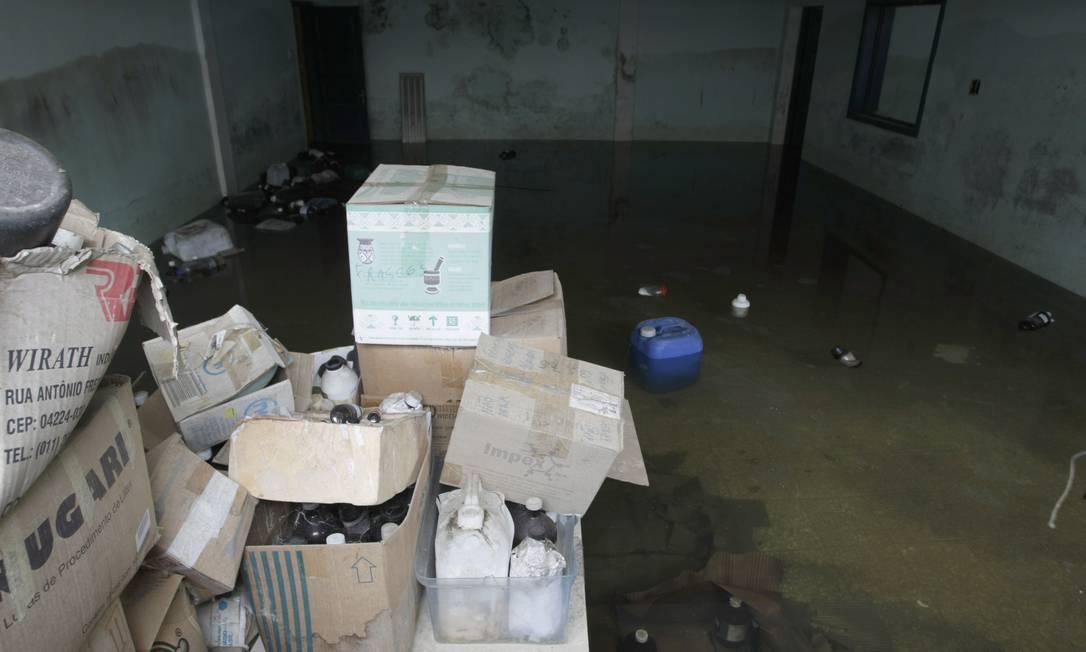 Pode acreditar: esta sala, permanentemente alagada, é o laboratório de tecnologia e diagnóstico da Rural, em Seropédica Foto: Hudson Pontes